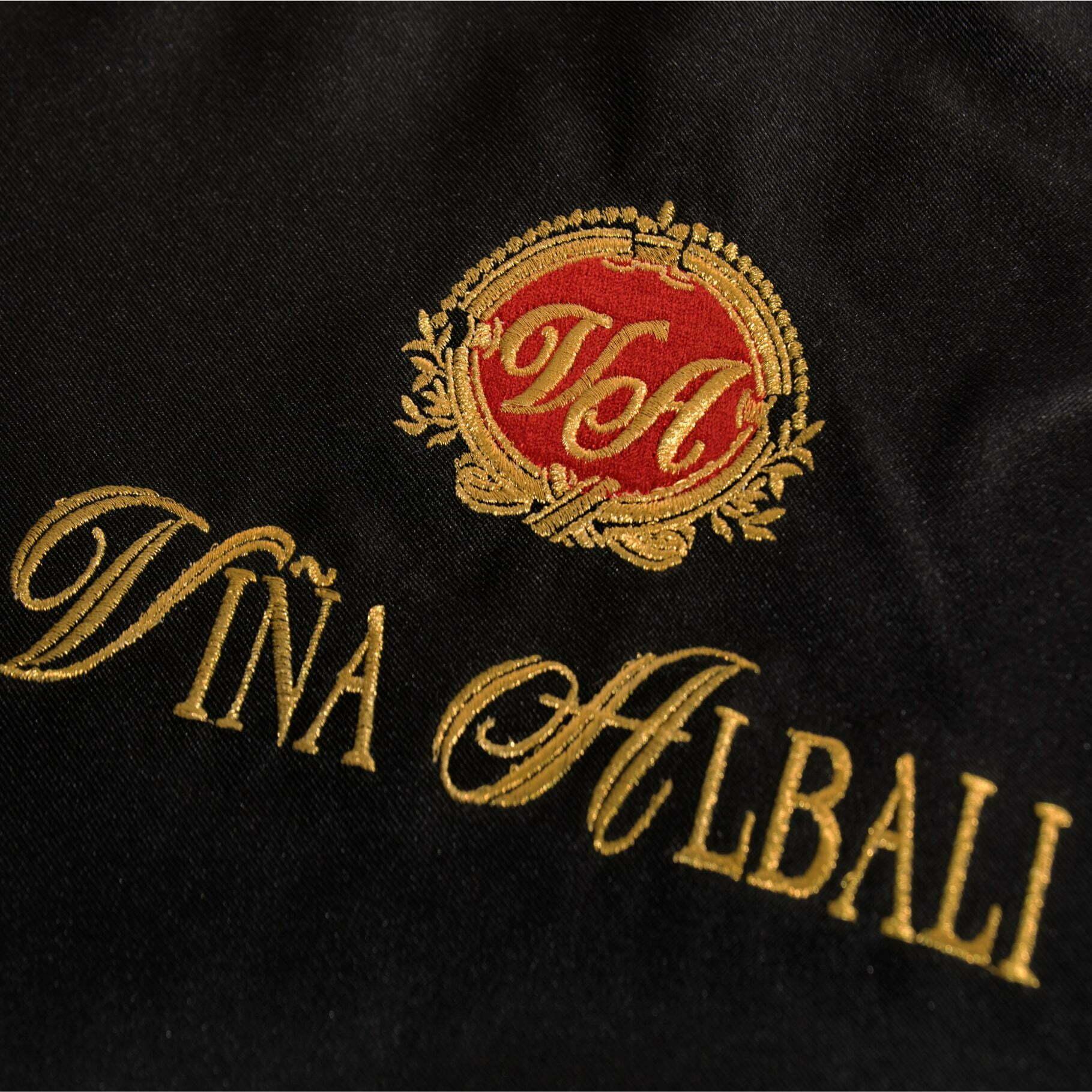 Bordado delantal viña albali detalle